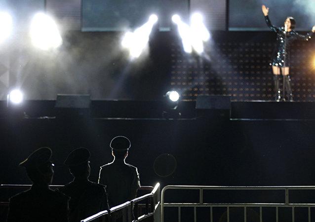 在中国的一场表演上,坍塌的舞台杀死了一名乐手