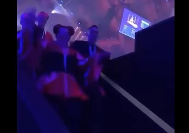 欧歌赛冠军从楼梯上摔下来 (视频)