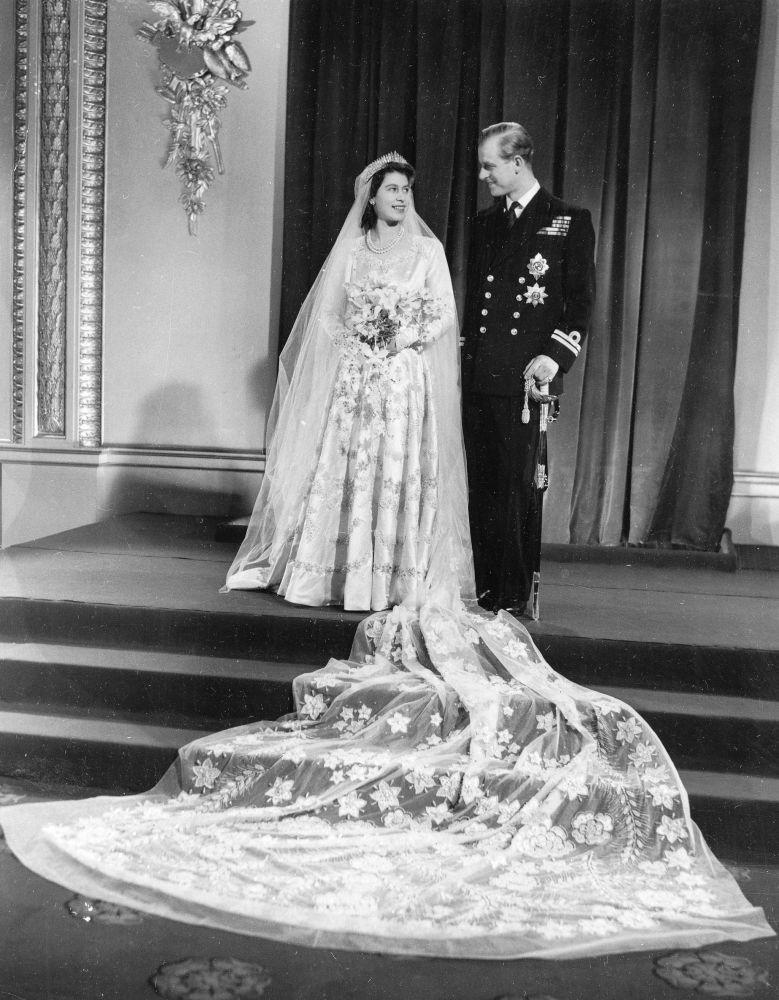 当时还是公主的伊丽莎白二世与爱丁堡公爵菲利普的官方婚纱照
