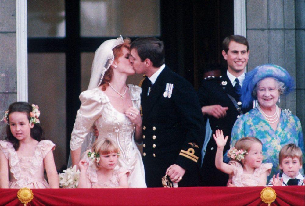 举行婚礼后的安德鲁王子与妻子萨拉