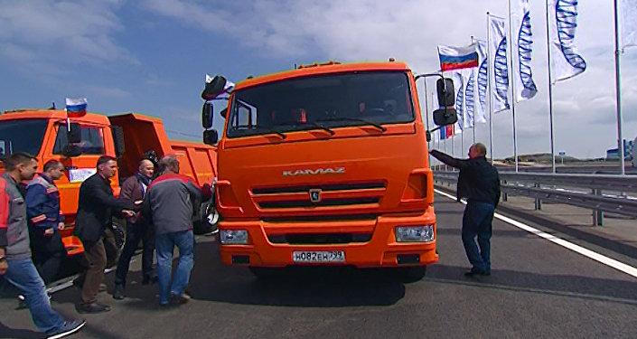 普京出席跨刻赤海峽大橋公路部分通車儀式