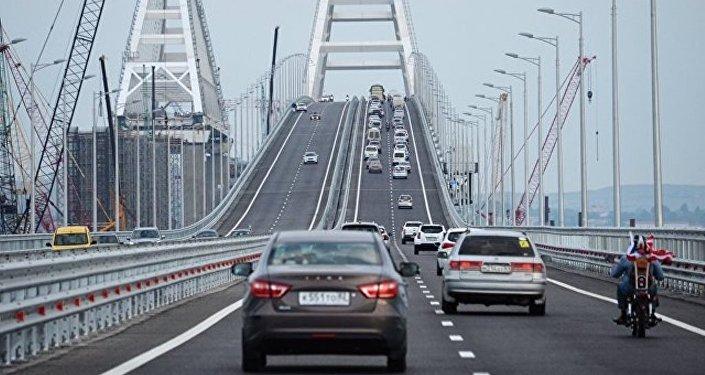俄克里米亚大桥通车一小时逾千车辆驶过