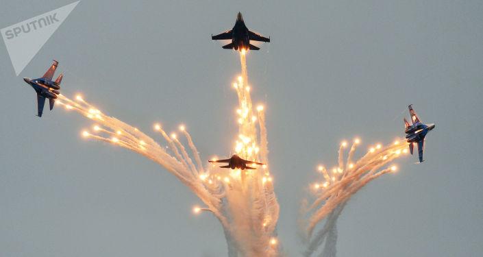 俄羅斯騎士特技飛行隊的一架蘇-27戰鬥機在 Aviadarts 2016國際軍事飛行技能比賽俄羅斯段比賽中。