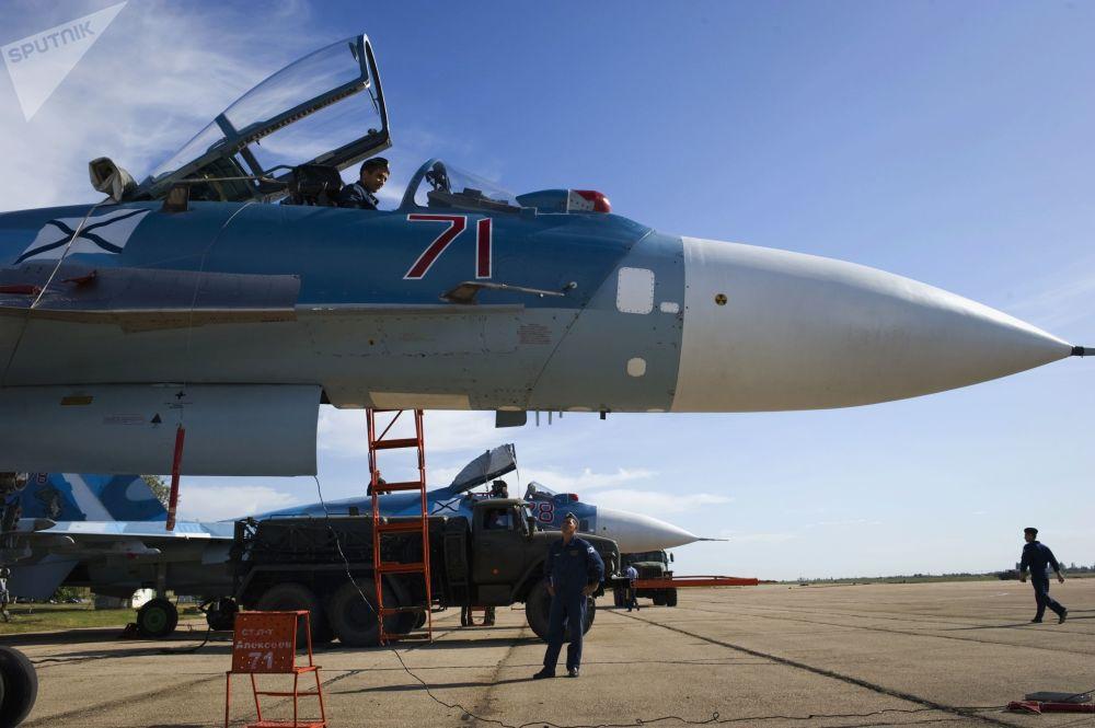 官兵們在做蘇-33飛行訓練準備工作。
