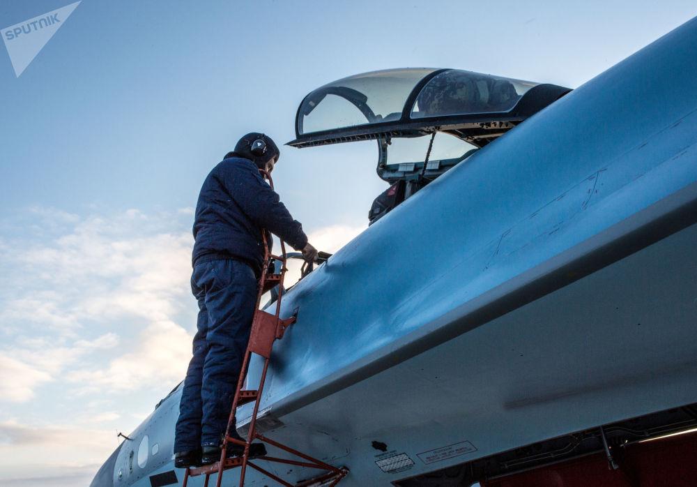 軍事飛行員在卡累利阿共和國查看新的蘇-35飛機。