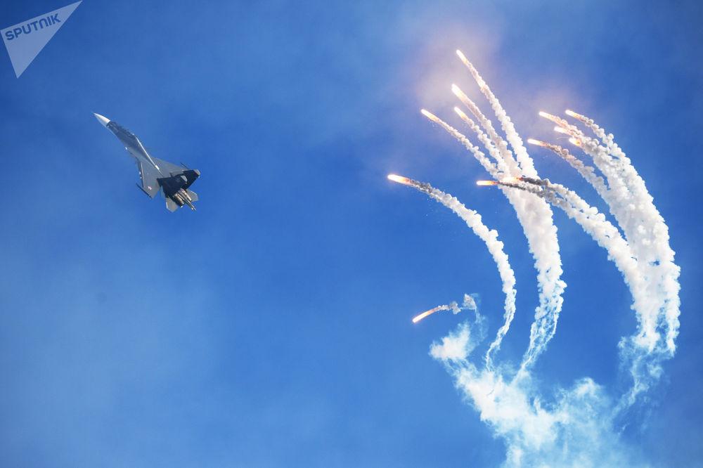 俄羅斯雄鷹特技飛行隊的一架蘇-30多用途戰鬥機在巴爾瑙爾舉行的飛行表演中。