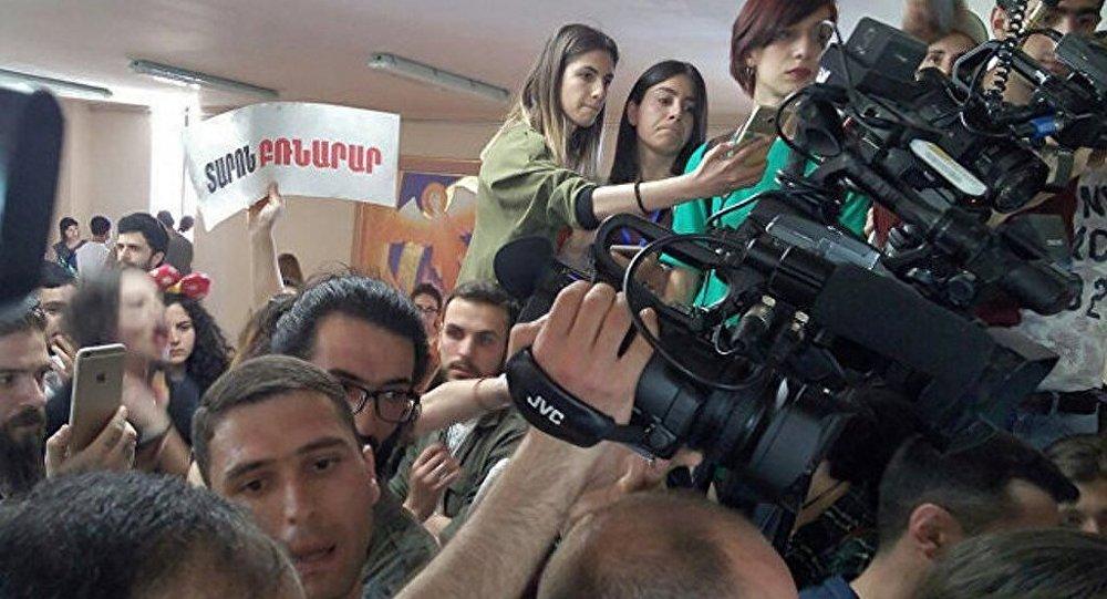 亞美尼亞首都埃里溫週三爆發抗議活動,示威者闖入市政大樓,要求市長塔龍·馬爾加良下台