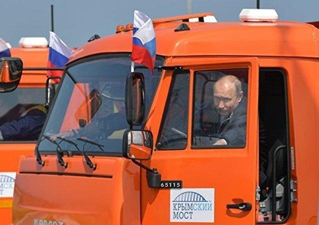 克宫:普京约在20年前获得货车驾驶证