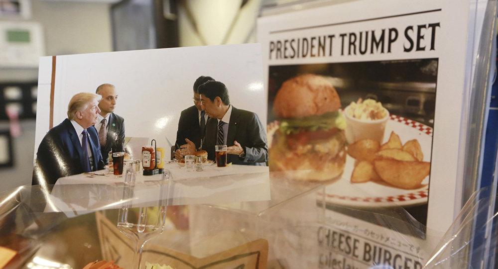 媒體爆出特朗普吃漢堡包的辦法很特別