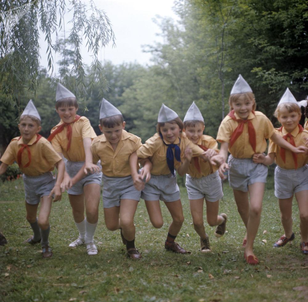 參加莫吉廖夫合成纖維聯合企業少年隊夏令營的孩子們