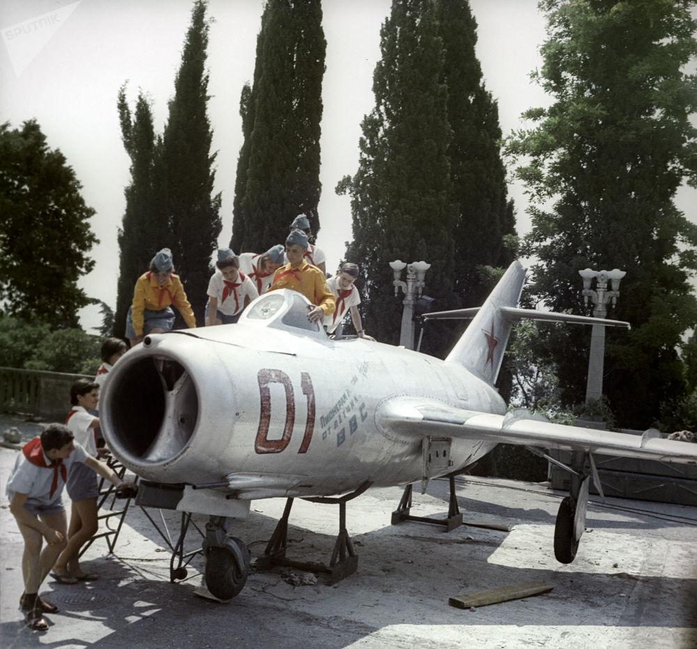 第三屆全蘇少先隊員代表大會上空軍飛行員贈送的噴氣式戰鬥機。全蘇「阿爾捷克」列寧少年隊夏令營