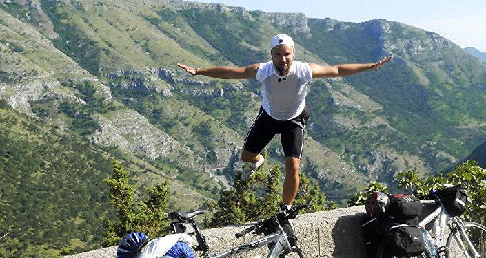 塞爾維亞球迷騎自行車前往俄羅斯觀看世界杯