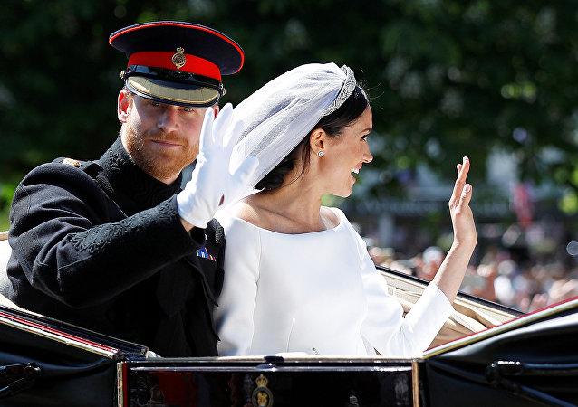 萨塞克斯公爵伉俪婚礼圆满结束两人离开温莎堡教堂