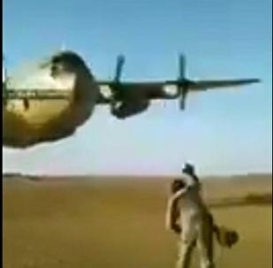 美國的C-130運輸機從軍人頭頂數米處飛過