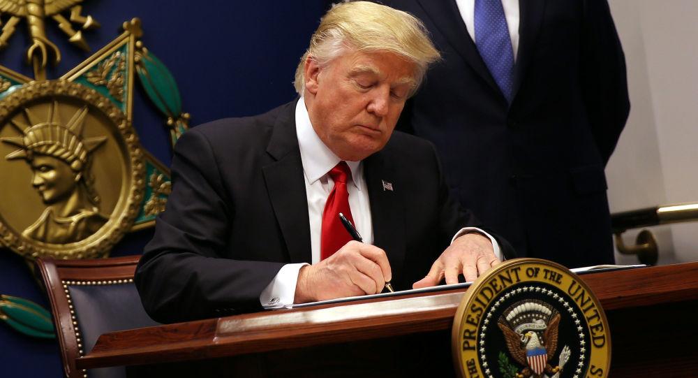 白宫:特朗普有意签署两项移民法中的一项