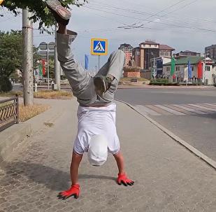 俄罗斯卡斯皮斯克市居民双手倒立行走10公里
