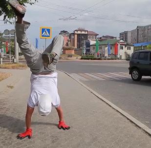 俄羅斯卡斯皮斯克市居民雙手倒立行走10公裏