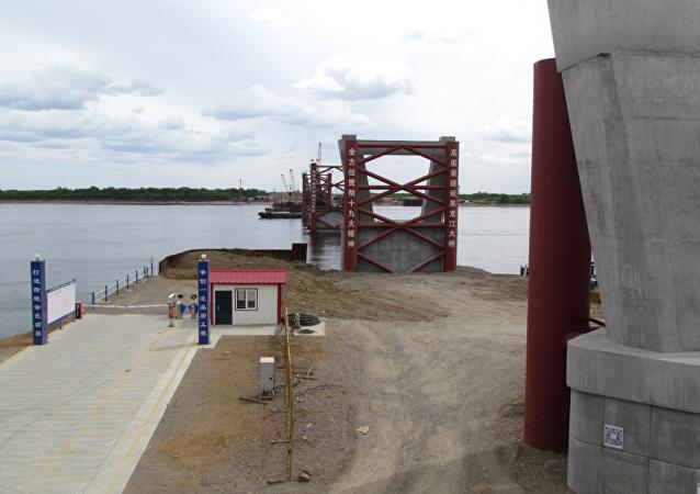 阿穆尔河洪水摧毁布拉戈维申斯克-黑河大桥建筑工地的施工设施和起重机