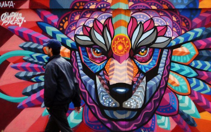 莫斯科变电室墙壁上的足球大陆艺术项目框架内的2018年世界杯主题涂鸦画,由墨西哥艺术家Farid Rueda为即将举办的世界杯创作。