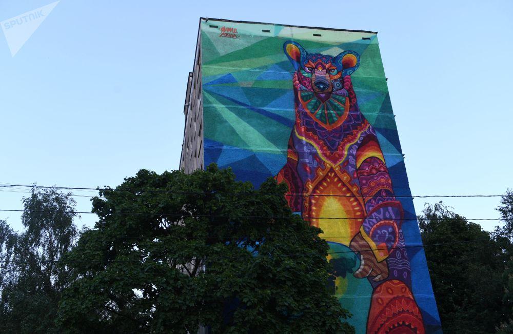 莫斯科工會大街87/49號別利亞耶沃地鐵站附近一棟九層高的居民樓牆壁上30米高的塗鴉畫,由墨西哥藝術家Farid Rueda為即將舉辦的世界杯創作。