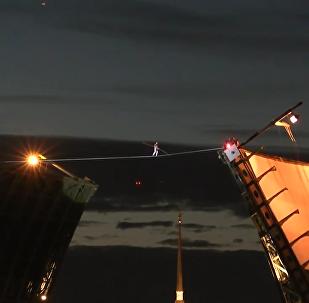 圣彼得堡断桥上的走钢丝表演