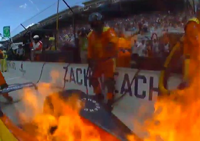 赛车手座驾起火 靠气流自动灭火