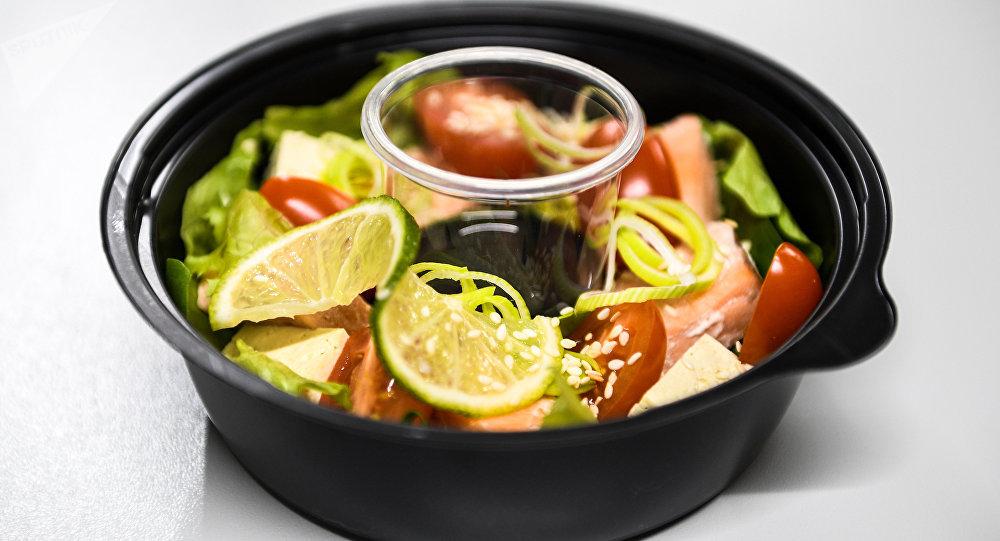 鮭魚沙拉:裡面有鮭魚、聖女果、豆腐、生菜、菠菜、芝麻菜、調味油、青檸和芝麻。