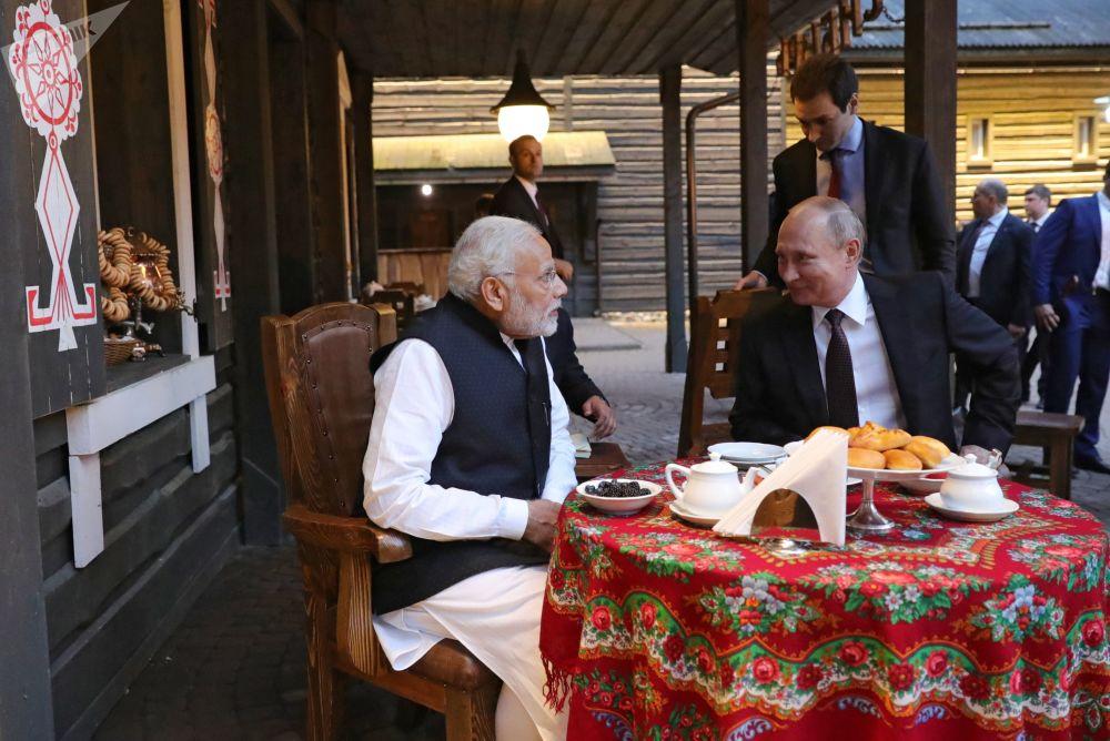 """2018年5月21日,俄罗斯总统普京与印度总理莫迪参观民俗文化中心""""我的俄罗斯""""。"""