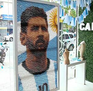 阿根廷女艺术家用发卡制作梅西画像