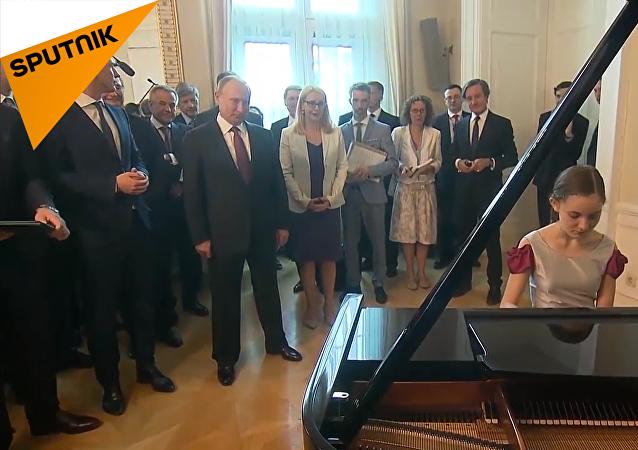 维也纳女孩为普京弹奏亲自改编的《莫斯科郊外的晚上》