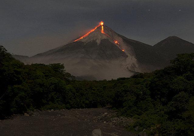 危地马拉因富埃戈火山活动加剧开始疏散居民