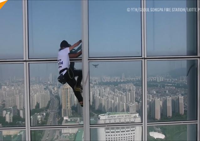 """法国""""蜘蛛侠""""在首尔爬125层摩天大楼被捕"""