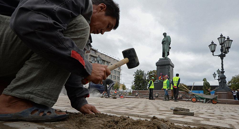 移民們在莫斯科普希金街心花園從事市容工作