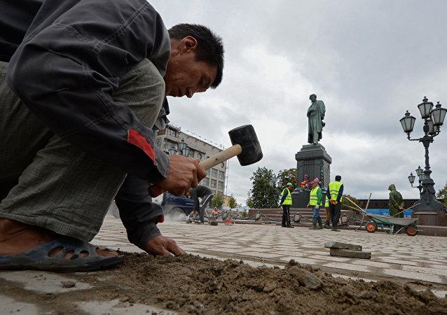 移民们在莫斯科普希金街心花园从事市容工作