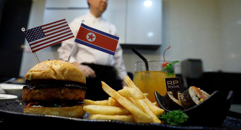 """特金会前新加坡现""""和平汉堡""""和""""火箭人""""玉米片"""