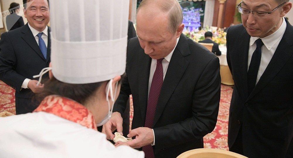 普京在中國試做天津美食狗不理包子