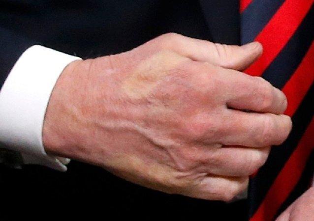 """G7峰会上 马克龙与特朗普握手并留下了""""印记"""""""