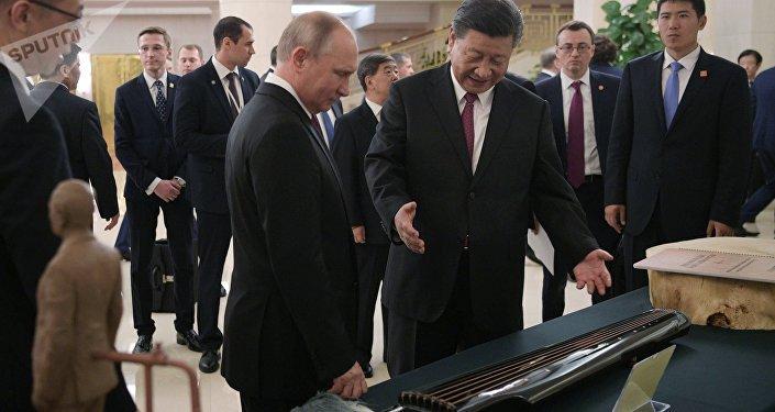 习近平赠送普京一把古琴和普京面部泥塑