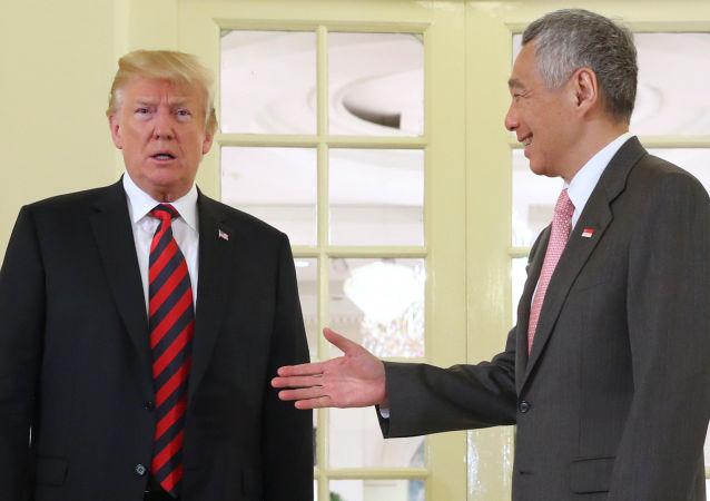 新加坡總理提前三天向特朗普贈送生日蛋糕