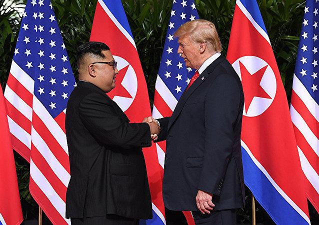 金正恩与特朗普在朝美峰会上首度握手