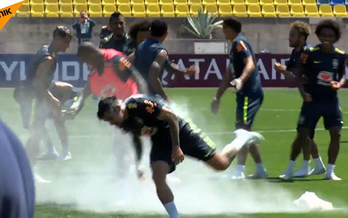 巴西隊狂歡生日趴:互扔雞蛋和麵粉
