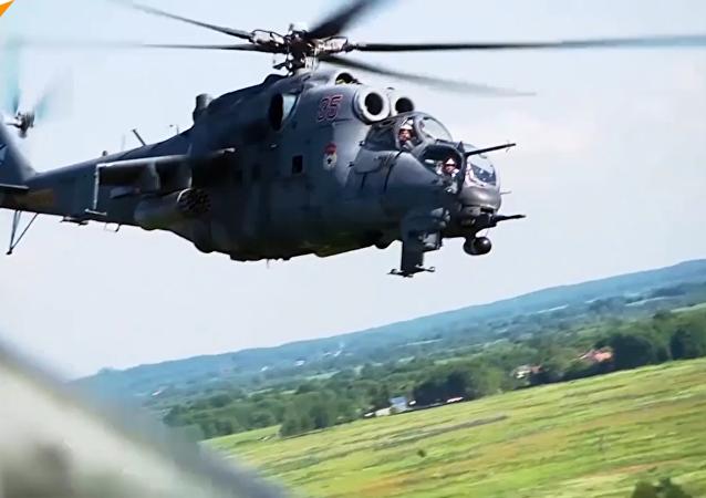 俄波罗的海舰队米-24和米-8直升机飞行战术训练
