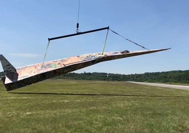 世界上最大的紙飛機在美國亮相