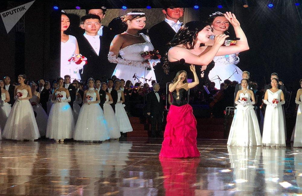新人表演完毕后是芭蕾舞盛宴。莫斯科大剧院首席演员阿尔乔姆·奥夫恰连科和尼娜·卡普佐娃表演了《胡桃夹子》中的柔板和《吉赛尔》中的柔板,而圣彼得堡米哈伊洛夫斯基剧院首席演员马拉特·舍米乌诺夫和伊琳娜·佩林则表演了《斯巴达克斯》中的片段。