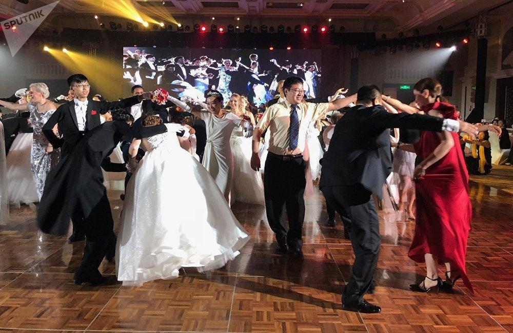 依照传统,舞会开幕式上,来自俄罗斯、中国以及其他国家的50对此前从未参加过此活动的新人进行了表演。宾客数量超过500人,其中包括商人、政界人士、外交官和科学文化工作者。