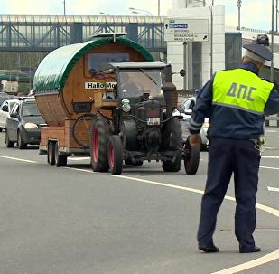 德国退休老人驾拖拉机到莫斯科看世界杯