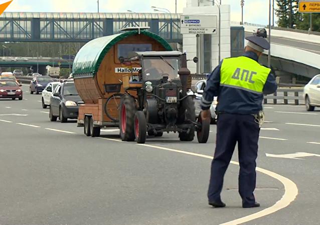 德國退休老人駕拖拉機到莫斯科看世界杯
