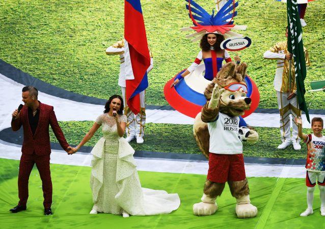 Певец Робби Уильямс и оперная певица Аида Гарифуллина выступают на церемонии открытия чемпионата мира по футболу 2018 на стадионе Лужники