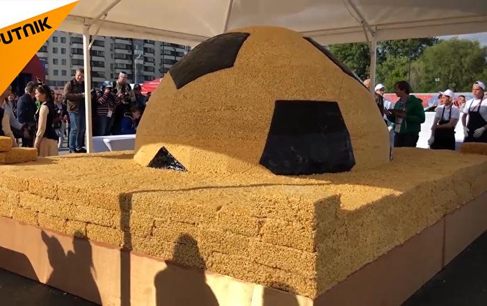 喀山特制巨型足球状沙琪玛庆祝世界杯