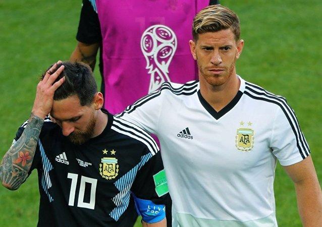 阿根廷隊長里奧•梅西(左邊)